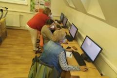 Seniori sa učia pracovať s PC